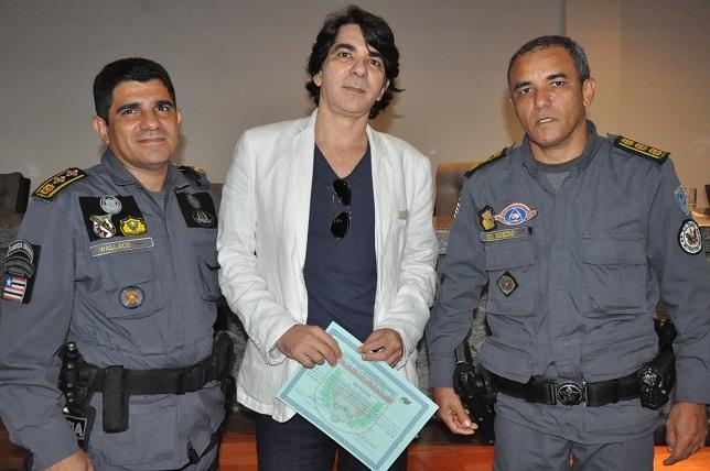 5 Major Wallace e Coronel Pedro Ribeiro entregam um certificado ao palestrante