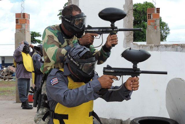 Alunos do curso de cabos da PM realizam instruções de tiro policial com equipamentos de Paintball