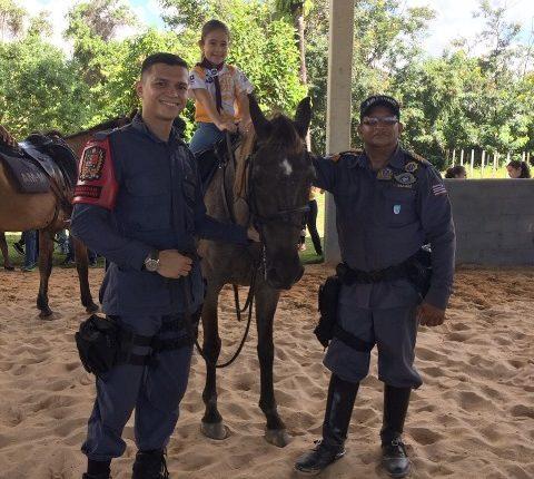 Clube de Escoteiros Aventureiros Mirins visitam 1º Esquadrão de Polícia Montada da PM