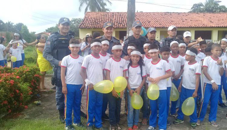 Polícias do 22º BPM participam de passeata contra o abuso sexual na infância em Raposa