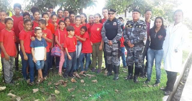 Jovens do projeto Herói Mirim participam da solenidade dos 182 anos da PM