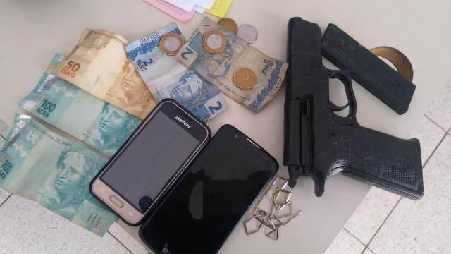 PM prende trio suspeito de assaltar coletivo com arma de fogo falsa no Bairro Sacavém
