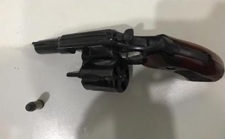 Homem é preso com arma de fogo