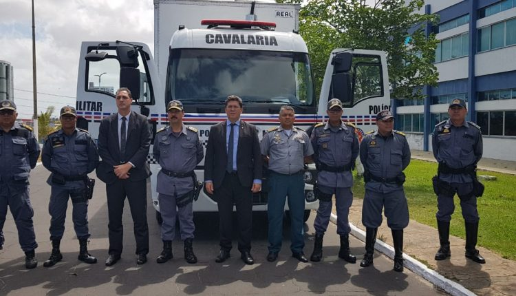 Governo do Estado entrega caminhão à cavalaria da PMMA