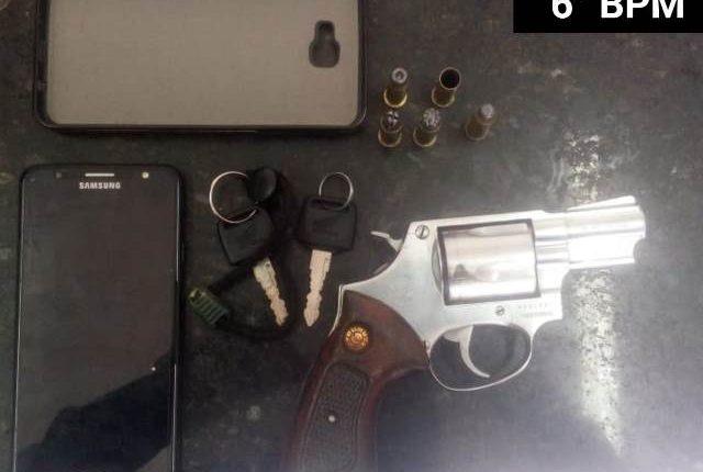 6º BPM prende dupla com arma de fogo e recupera motocicleta e celular roubados