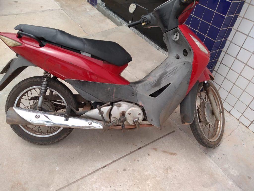Policiais militares do 11º BPM apreendem moto roubada em Timon