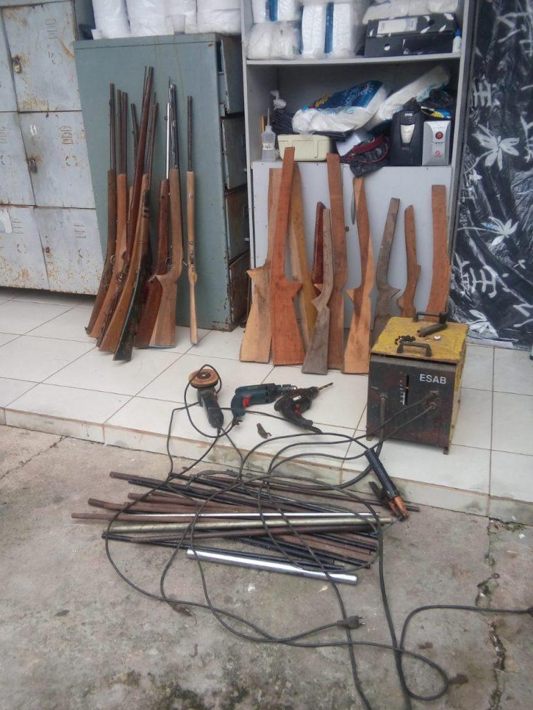 Policiais do 16º BPM e polícia civil prendem fabricante de armas de fogo em Chapadinha