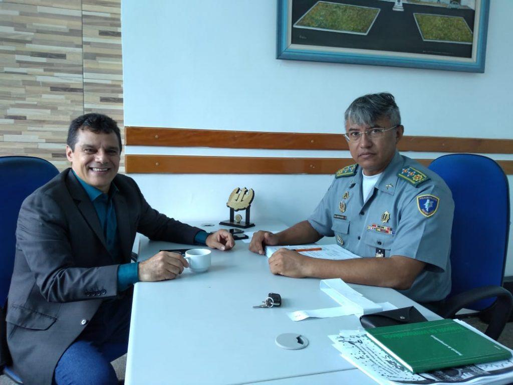 Chefe da Seção de Comunicação da PM recebe visita do coronel PM Egídio, vereador de Bacabal