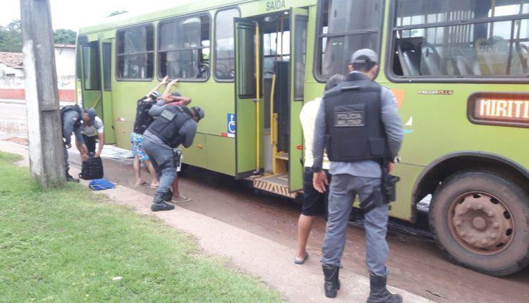 Policiais do 20º BPM apreendem arma de fogo durante operações a coletivos neste sábado