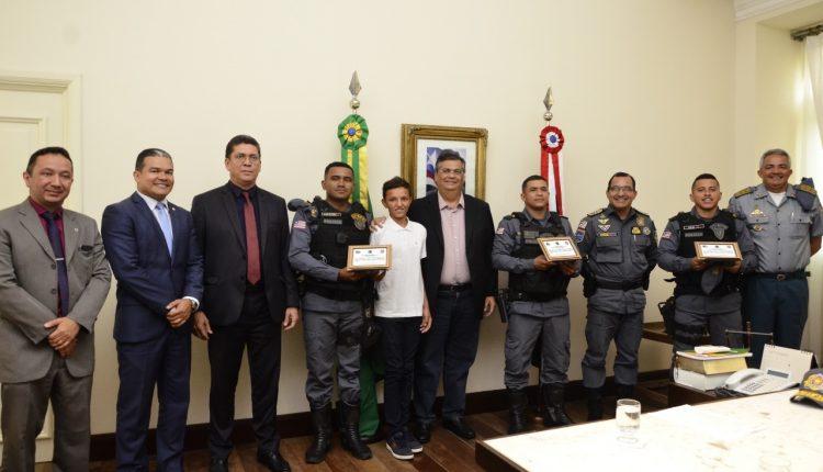 Governador do Estado recebe garoto hostilizado por vender geladinho e homenageia policiais militares