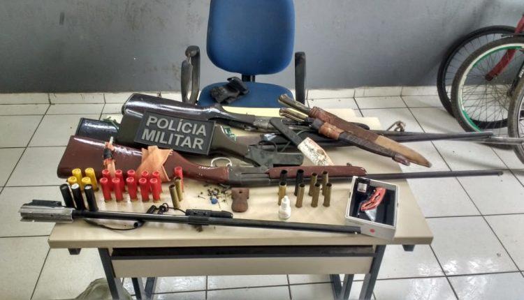 POLICIAIS MILITARES PRENDEM HOMENSCOM VÁRIAS ARMAS DE FOGOS E MUNIÇÕESEM CAXIAS