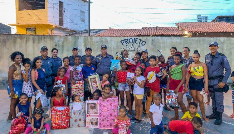 Policiais do BPTur entregam presentes e cestas básicas a famílias carentes no bairro da Ilhinha