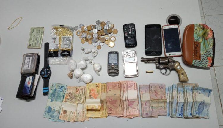 PMMA PRENDE TRÊS HOMENS POR TRÁFICO DE DROGAS E APREENDE ARMA DE FOGO NO INTERIOR