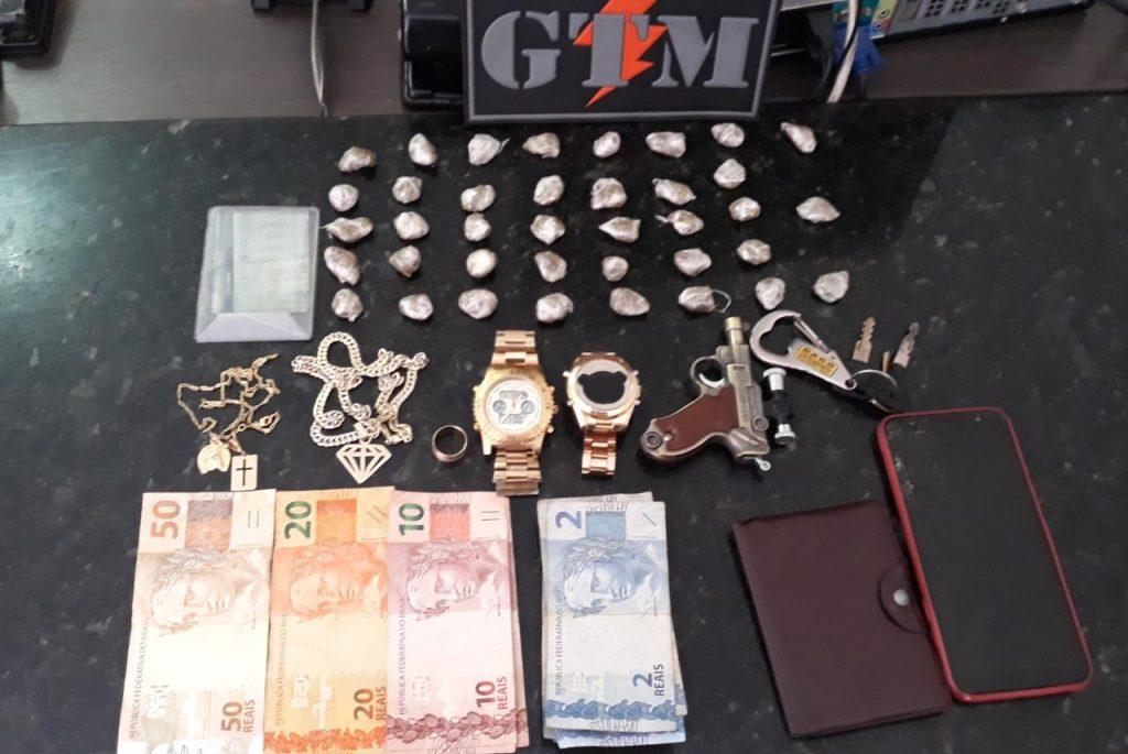 POLÍCIA MILITAR PRENDE DOIS HOMENS POR TRÁFICO DE DROGAS