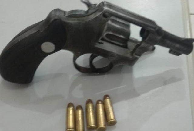 Policiais militares apreendem arma de fogo no bairro São Cristovão