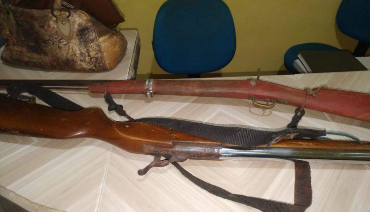 Armas de fogo apreendidas. Policiais militares prendem suspeitos de roubo de animais
