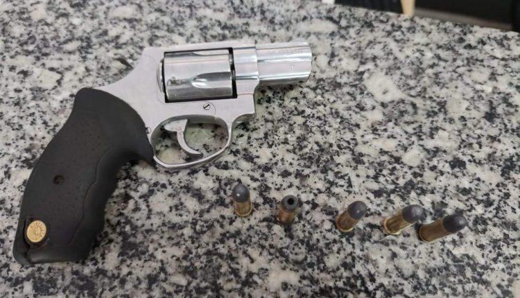 Polícia Militar apreende arma de fogo e prende mulher por tráfico de drogas em Bacabal
