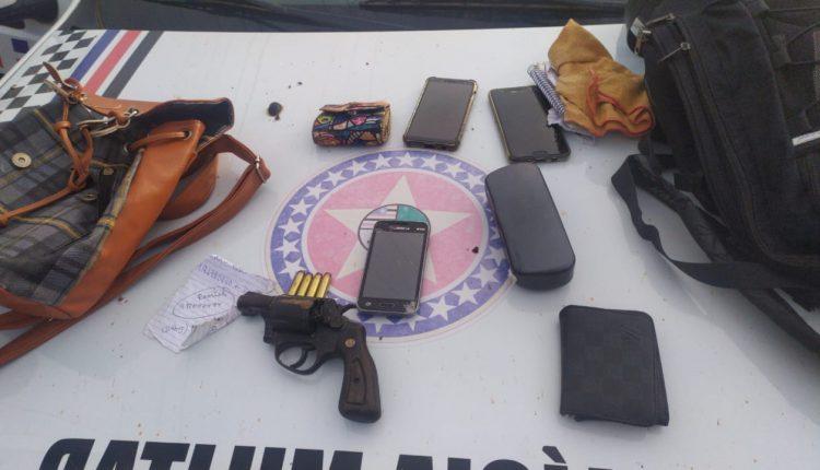 PM prende dupla de assaltantes com arma fogo e recupera objetos roubados no bairro Nova Terra