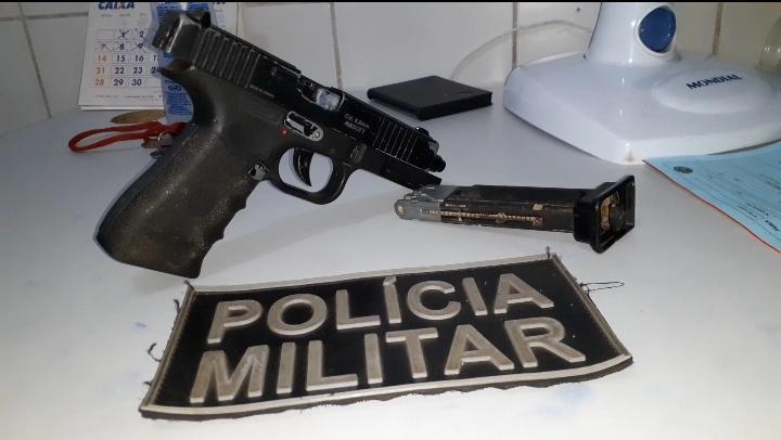Policiais 17º BPM apreendem arma de fogo e simulacro