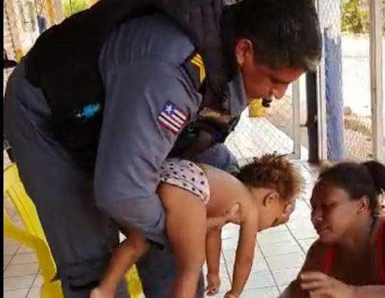 Policiais militares do 2° BPM, Caxias, salva criança vítima de afogamento na água, no povoado Brejinho
