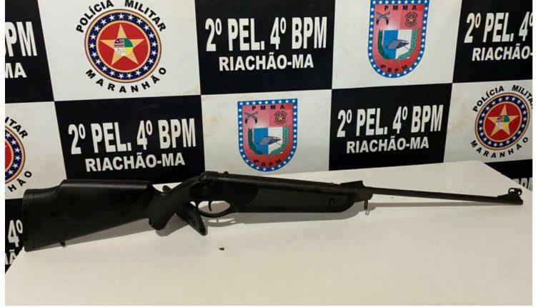 POLICIAIS MILITARES DO 4º BPM PRENDEM HOMEM COM ARMA DE FOGO